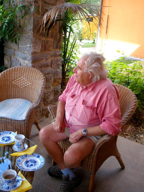 Juraj Šajmovič na zahradě u svého syna. Foto: Barbora Šajmovičová, 2009.