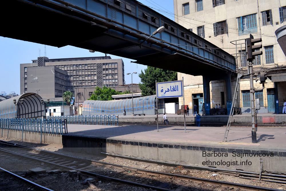 Vlakové nádraží Ramsís v Káhiře. Na fotogragii je vidět cedule Al-Qáhira. Foto: Barbora Šajmovičová, 2011