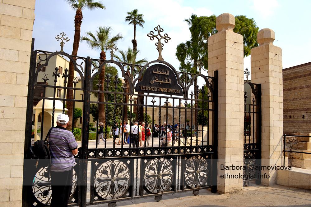 Vstup do Koptského muzea v Káhiře. (V komplexu v době mé prohlídky platil přísný zákaz fotografování, jedná se tak o jedinou fotku, kterou jsem na tomto místě pořídila.) Foto: Barbora Šajmovičová