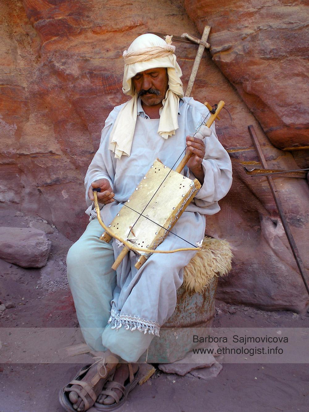 Beduín předvádějící život dřívějších beduínů – hudebník hrající na loutnu. Foto: Barbora Šajmovičová, 2009.