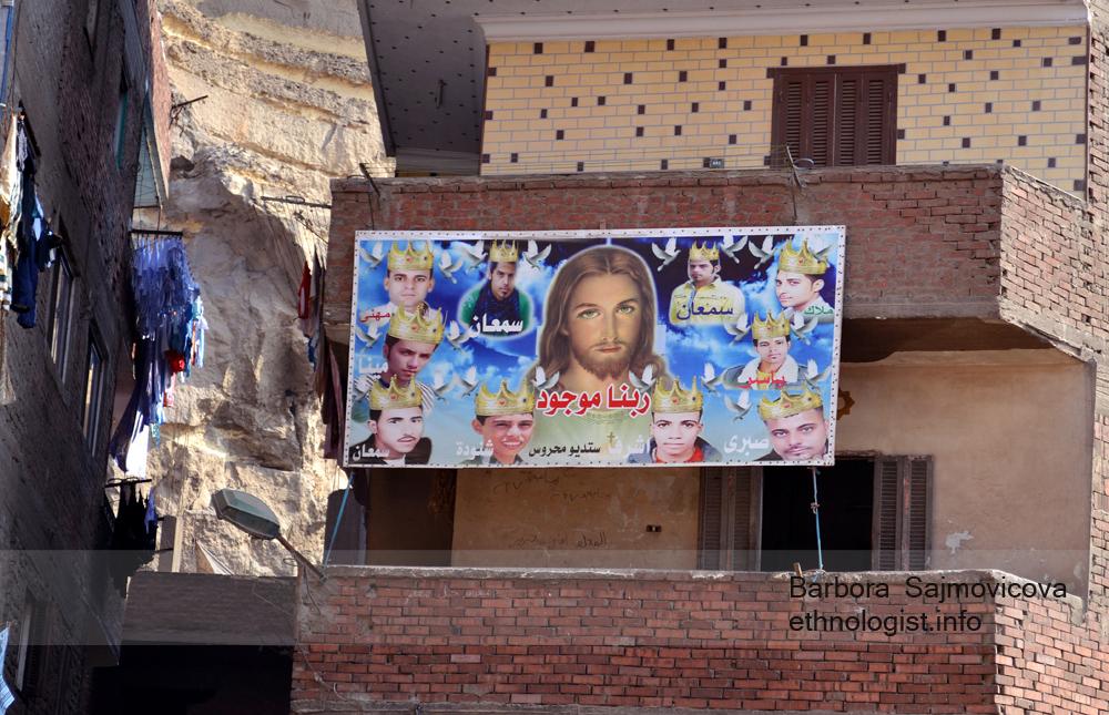 """""""Billboard"""" s nápisem """"Náš Pán existuje"""" (ربنا موجود) na domu sběračů odpadků. Foto: Barbora Šajmovičová, 2011."""