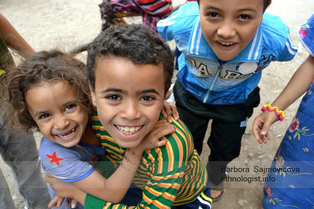 Dětské úsměvy v Garbage City. Káhira, říjen 2011, foto: Barbora Šajmovičová.