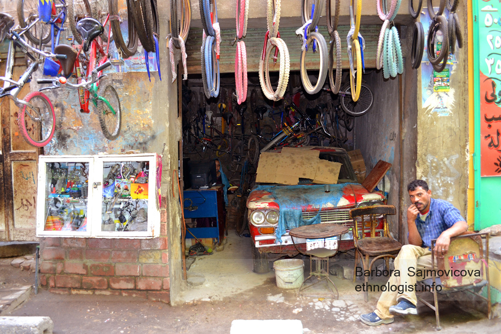 Car and cycle repair shop in Manshiyat Naser. Photo: Barbora Sajmovicova, 2011, Nikon D3100.
