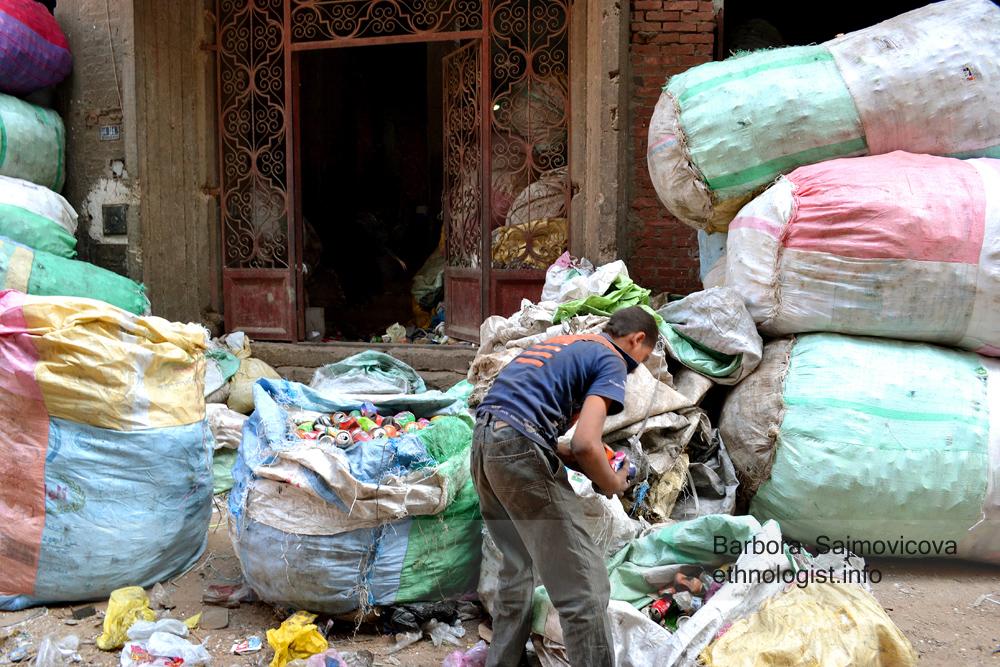 Třídění plechovek v Garbage City. Káhira, říjen 2011, Foto: Barbora Šajmovičová.