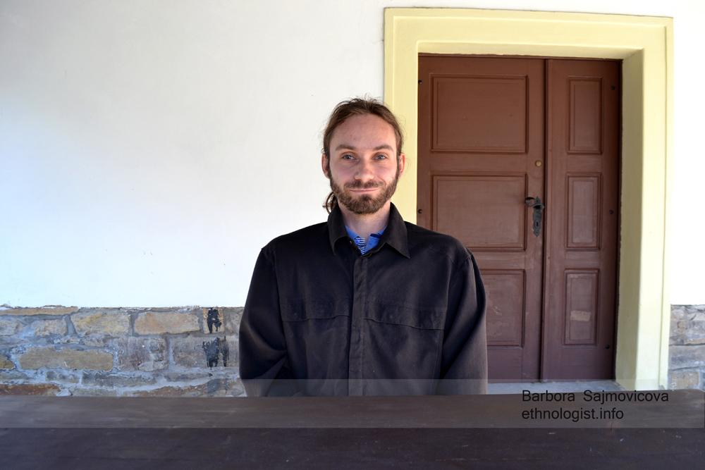 Jan Toman v areálu Barunčiny školy v Muzeu Boženy Němcové. Foto: Barbora Šajmovičová, 2015.