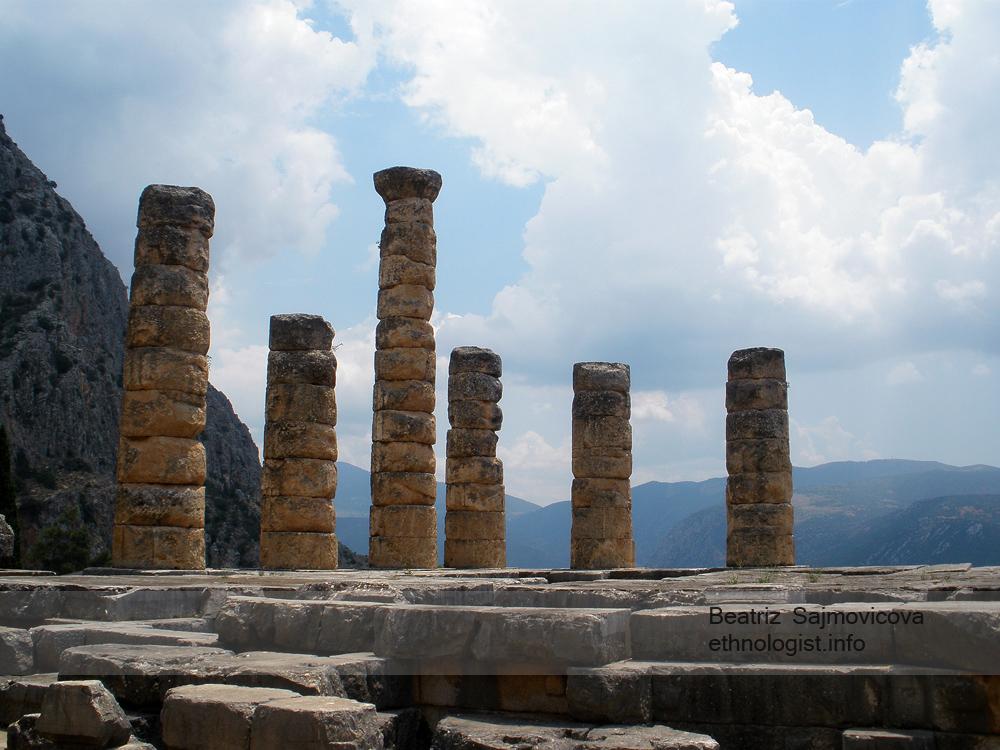 Proslulé řecké Delfy, které věstily i lýdskému králi Kroisovi. Ten je, dle Hérodota, zahrnoval mnohými dary. Foto: Beatriz Šajmovičová, Olympus, 2010.