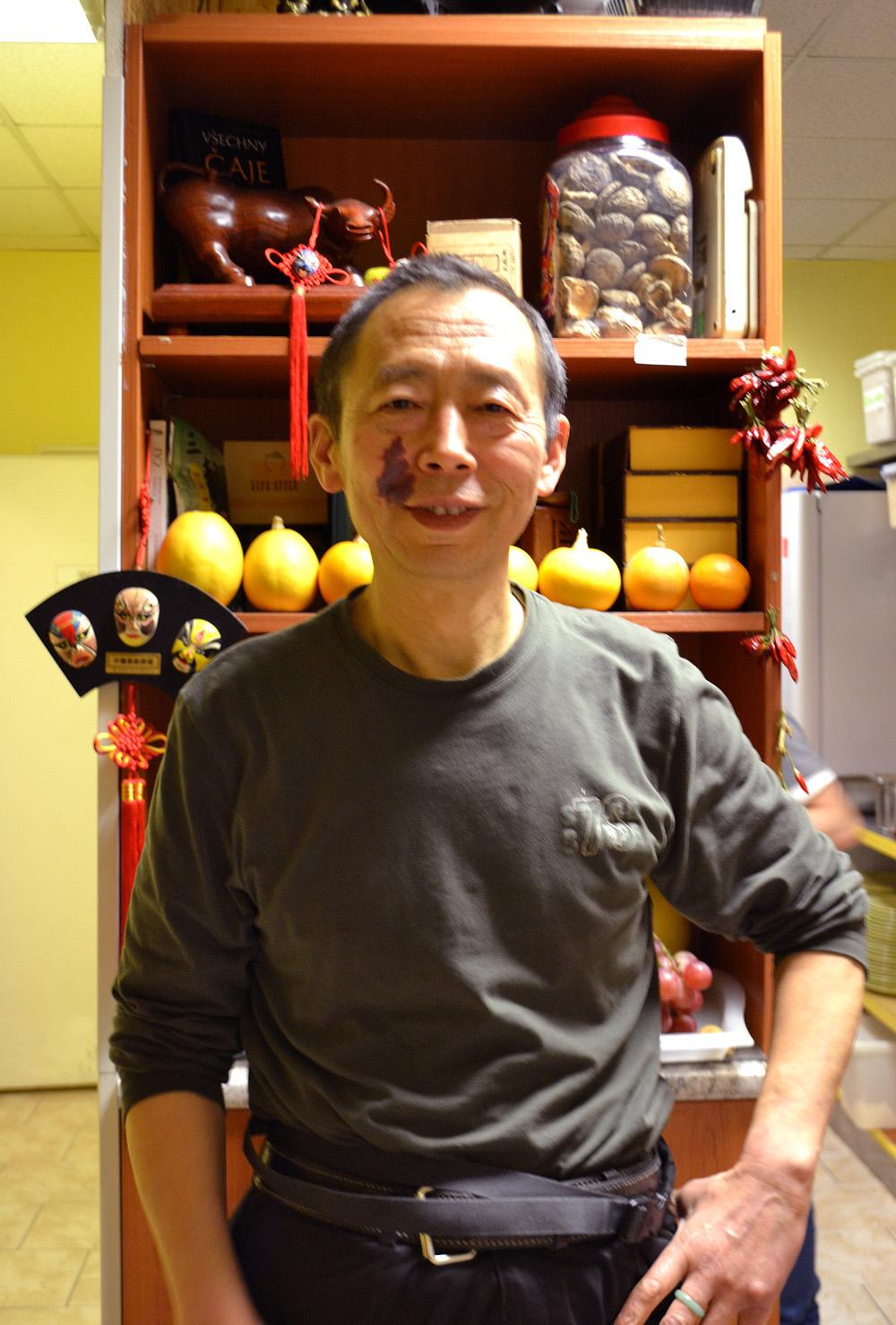 Jian Guo Chen ve své veganské restauraci Vegetka. Foto: Barbora Šajmovičová, 2016.