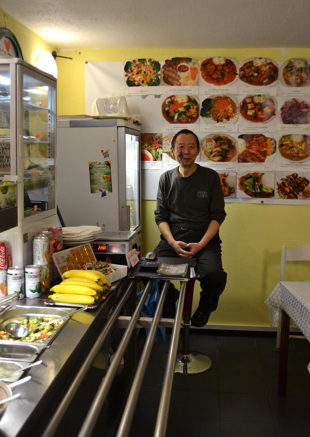 Jian Guo Chen ve své veganské restauraci Vegetka. Foto: Barbora Šajmovičová, 2016, Vegetka, Praha.