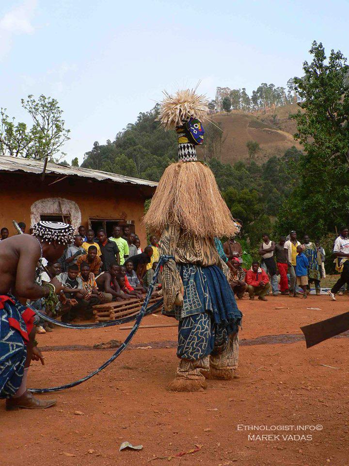 Juju (ľudia v maskách) počas výročného rituálu. Foto: Marek Vadas