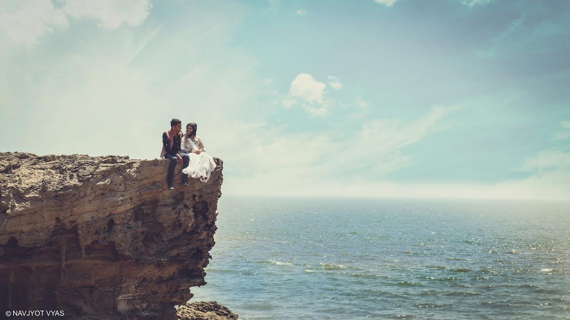 Svatební fotografie mladého páru na pobřeží Arabského moře. Foto: Navjyot Vyas