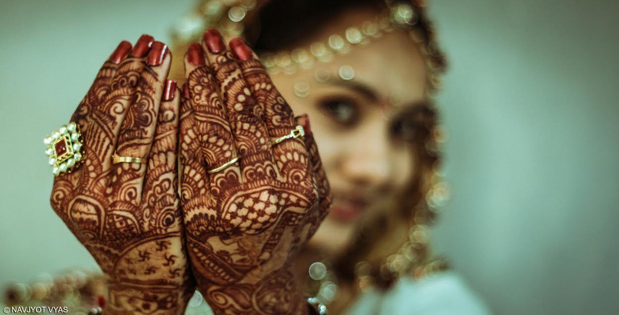 Henna na rukou mladé indické nevěsty. Foto: Navjyot Vyas