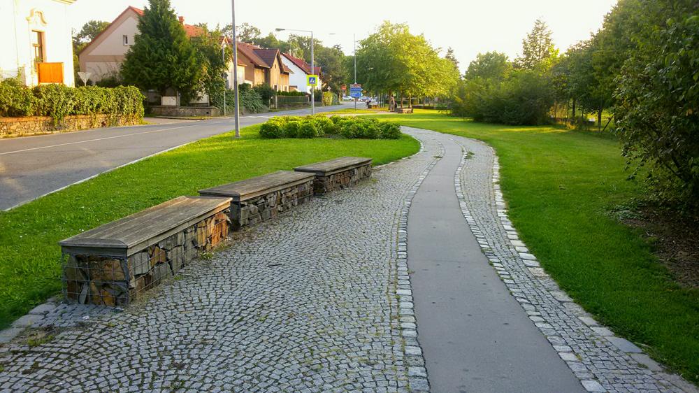 Pohled na zelenající se část města, které nabízí nejen sezení k odpočinku, ale i cyklostezku. Foto: Veronika Vopelková