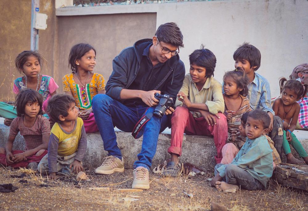 Navjyot Vyas ukazuje dětem své fotografie. Foto: Ashish Joshi Ajess