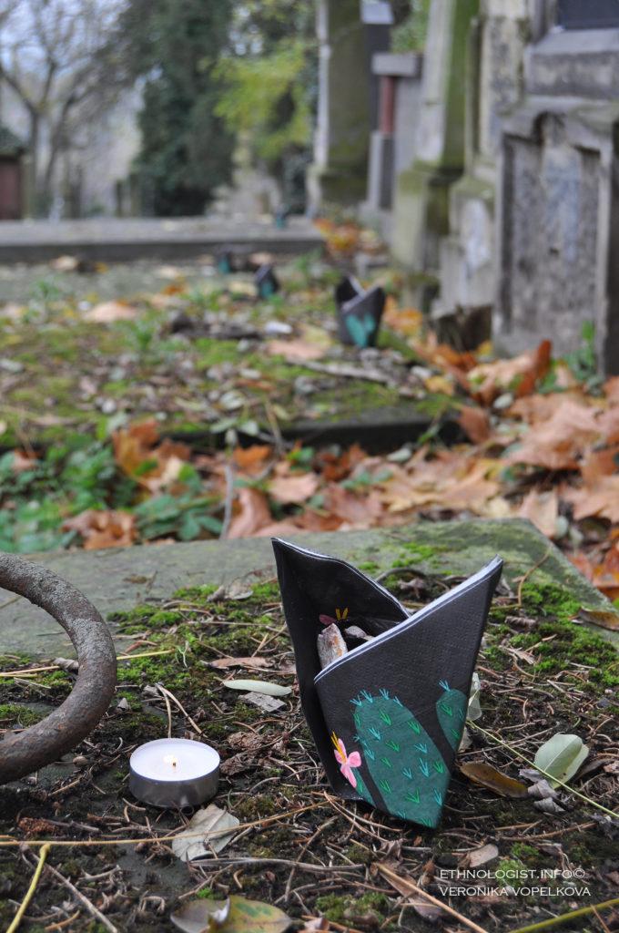 Dušičky jsme nabídli dětem, našim blízkým, na hřbitově předkům i již opuštěným duším zakrytým podzimním listím. Foto: Veronika Vopelková