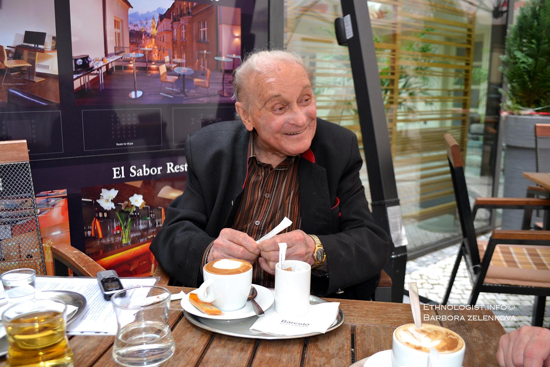 Profesor Leopold J. Pospíšil v pražské kavárně v Celetné ulici. Foto: Barbora Zelenková (roz. Šajmovičová)