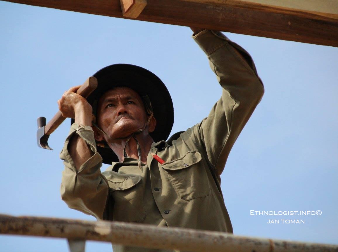 Thajský muž pracující na stavbě domu. Foto: Jan Toman, Thajsko, 2017.