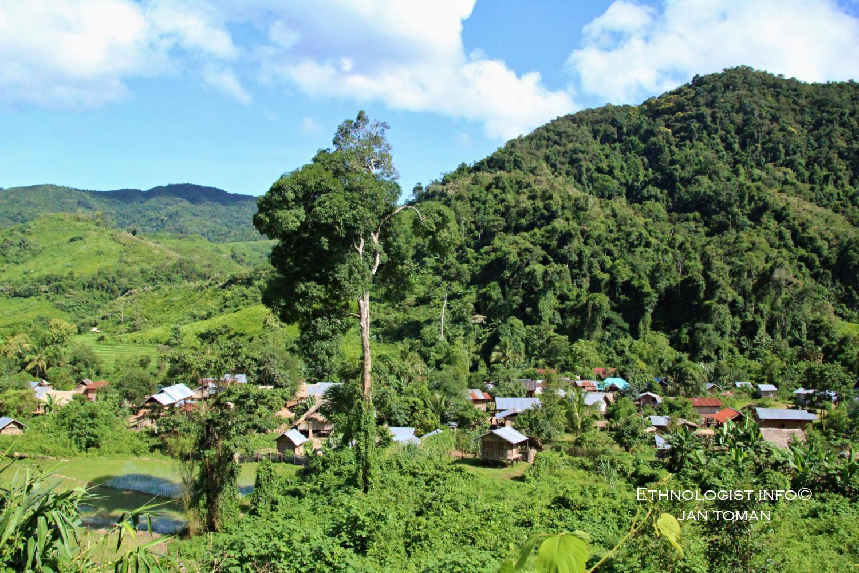 Vesnice animistického etnika Khmu. Foto: Jan Toman, Laos.
