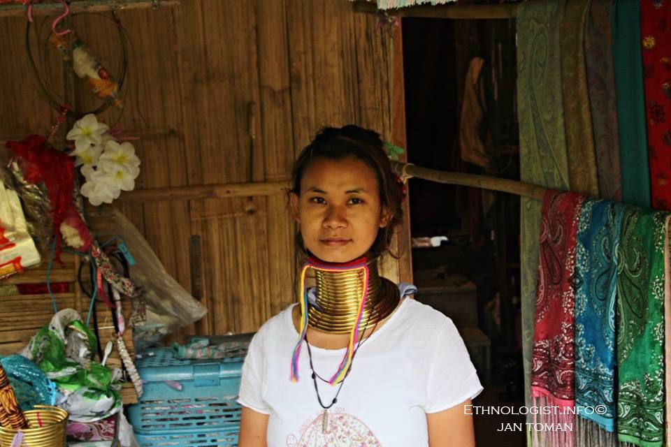 Karenská žena ozdobená tradičními krčními náramky v Thajském Pai. Foto: Jan Toman