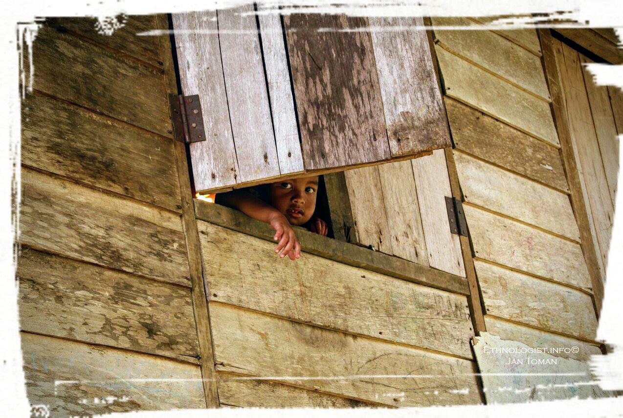Chlapec Orang Asli v dřevěné chýši. Foto: Jan Toman