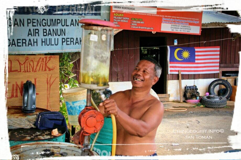 Náčelník Orang Asli tankuje benzin. Foto: Jan Toman
