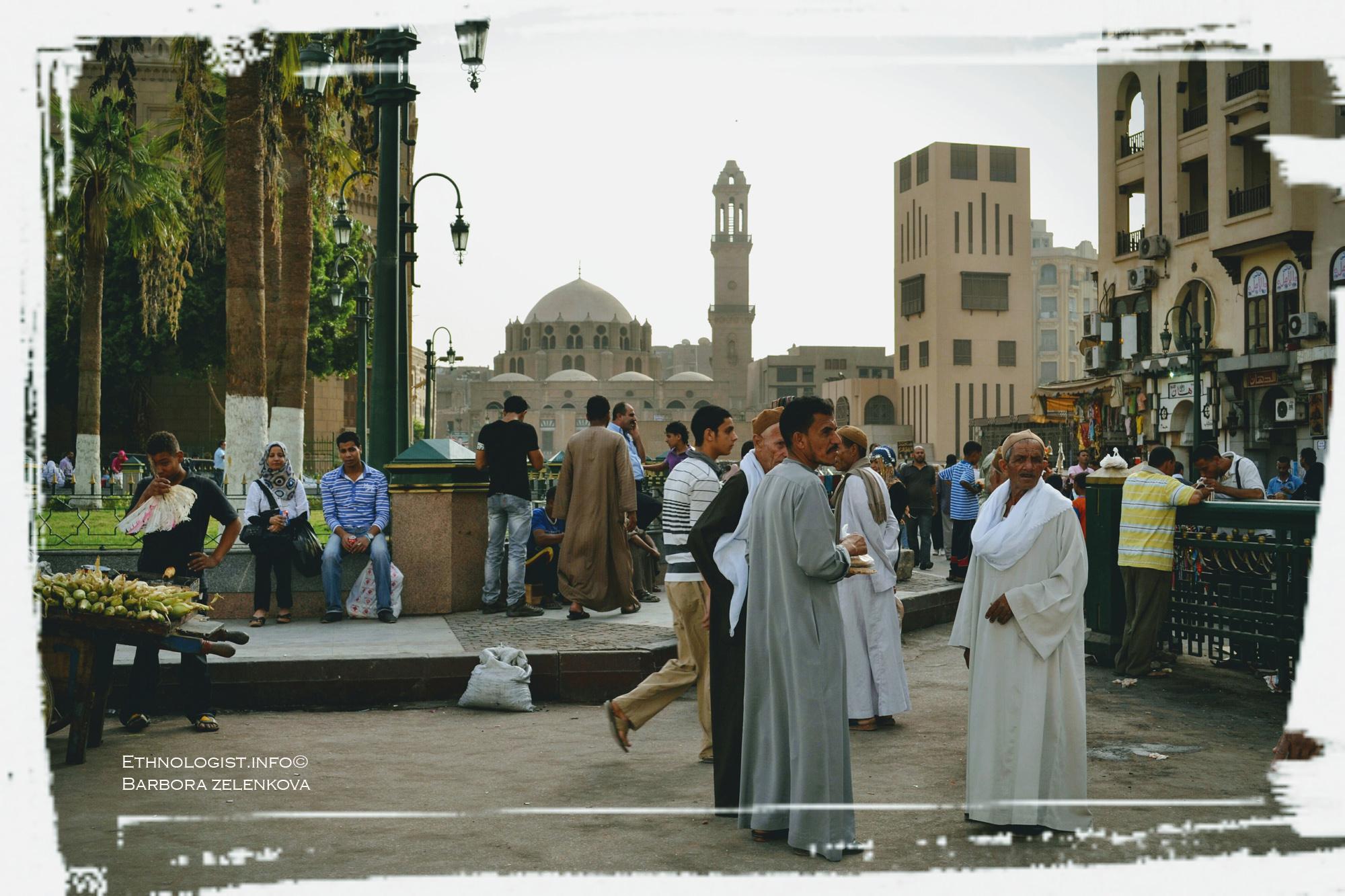 Náměstí Midan Hussein a trhy ve staré Káhiře z pohledu na mešitu Abú Dahaba. Foto: Barbora Zelenková, 2011.