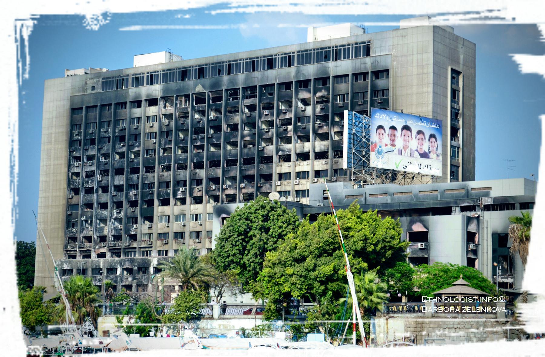 Vyhořelé sídlo Národně demokratické strany Egypta během lidových demonstrací v roce 2011. Foto: Barbora Zelenková, 2011.