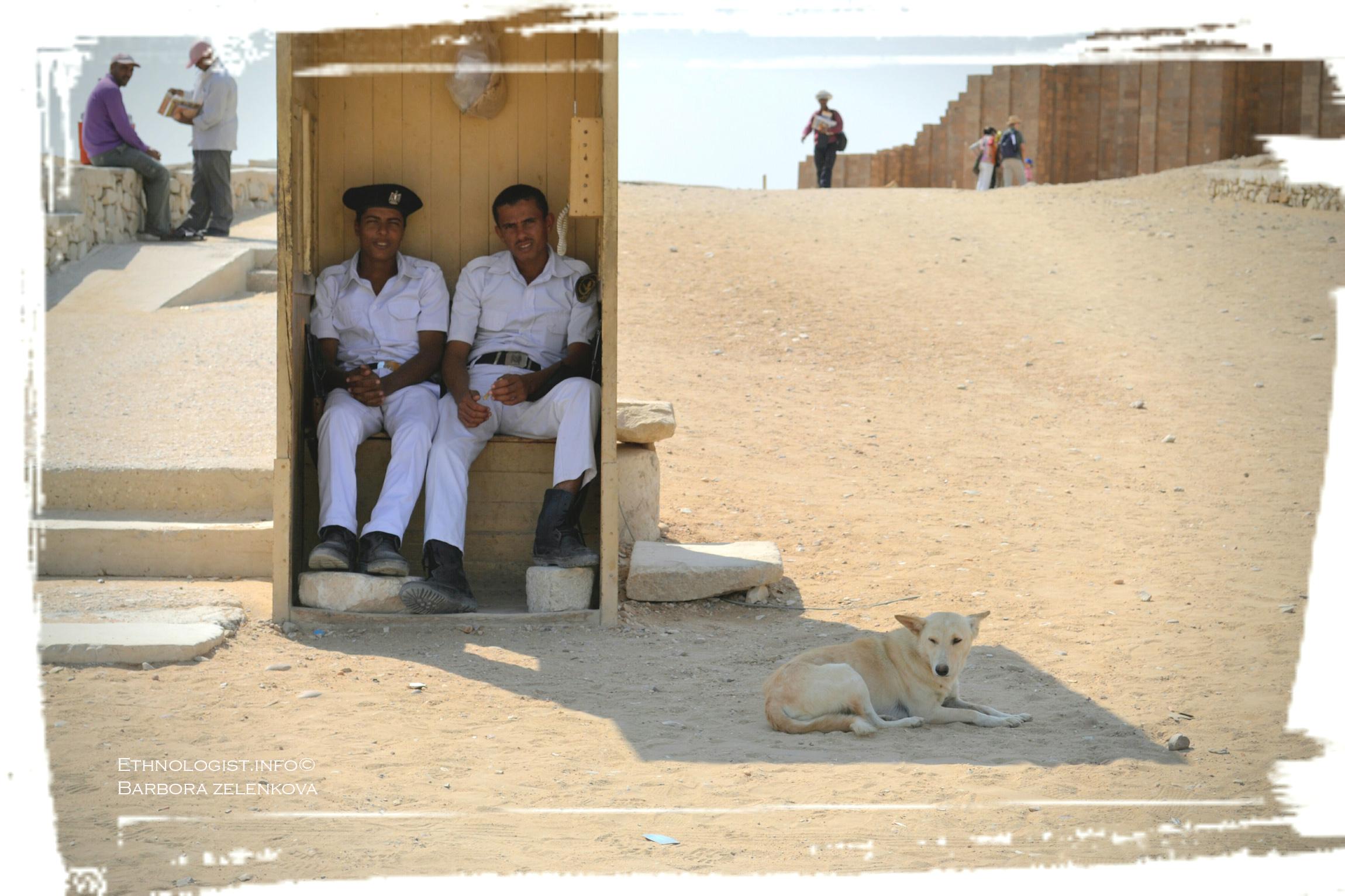 Policisté v archeologické lokalitě Sakkára s pouštním psem. Foto: Barbora Zelenková, 2011.
