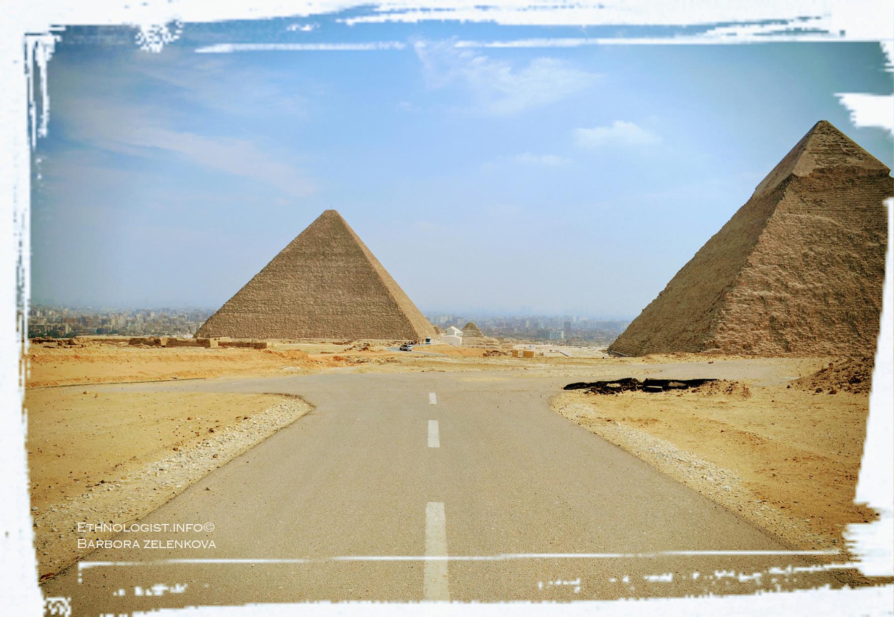 Jiný pohled na pyramidy v Gíze ukazuje hustou zástavbu, jež je obklopuje. Foto: Barbora Zelenková, 2011.